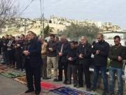 """مواطنون يؤدون صلاة الجمعة في خيمة اعتصام """"بادية"""" ضد الاستيطان"""