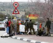 شاهد: اعتداء المستوطنين وجنود الاحتلال على متظاهرين ضد إقامة بؤرة استيطانية غرب سلفيت