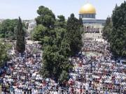 عشرات الآلاف يؤدون صلاة الجمعة في المسجد الأقصى