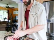 """أمريكي يأكل اللحوم النيئة منذ 10 سنوات بسبب """"الفيتامينات"""""""