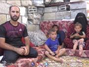 أحمد شنينو.. عامل فلسطيني يقيم بأسرته خارج حدود الزمن