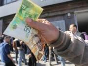 تداعيات أزمة خصومات الرواتب والقروض على موظفي السلطة