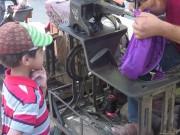 استقبال المدارس بملابس وحقائب قديمة معاد تأهيلها
