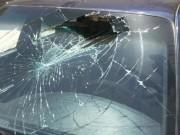 بالصور|| فتاة أردنية تحطم زجاج 15 سيارة في إربد