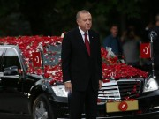 إعلام تركي: أردوغان يشتري 4 سيارات فاخرة تزامنًا مع دعوة مواطنيه للتقشف
