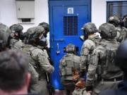 أسير فلسطيني يهاجم سجانه ويصيبه في بئر السبع