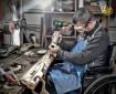 أبو حية يتحدى الإعاقة بالسيوف والخناجر