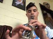 اللاجئ الفلسطيني سمير الشيخ يحول الحجر المنزلي في صيدا إلى موسيقى