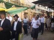 عشرات المستوطنين يقتحمون أسواق البلدة القديمة