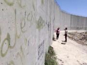 الاحتلال يواصل تنغيص حياة المواطنين القاطنين قرب جدار الفصل العنصري