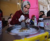 """فتاة فلسطينية تتحدى قيود المجتمع وتطلق مشروعا لبيع """"الآيس كريم"""""""