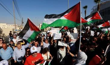"""أردنيون يتظاهرون أمام السفارة الأمريكية ويطالبون بإلغاء معاهدة """"وادي عربة"""" ردًا على مخطط الضم"""