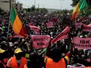محتجون يسيطرون على مبنى التلفزيون في مالي ويطالبون بتنحي الرئيس