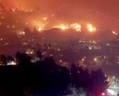 شاهد|| حريق ضخم بكاليفورنيا يجبر الآلاف على ترك منازلهم