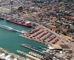 اشتعال النار على متن سفينة في ميناء حيفا