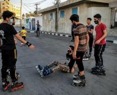 """خاص بالفيديو   """"سكيت فلسطين"""".. هواة يمارسون راضة التزلج في شوارع خانيونس"""
