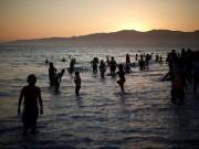شاطئ البحر ملاذ الغزيين في ظل إجراءات كورونا
