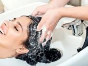 توقفي فورا.. غسل الشعر ليلا عادة مضرة