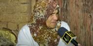 مسنة فلسطينية تحتفظ بكوخ من الطين يحتوى على مقتنيات أثرية