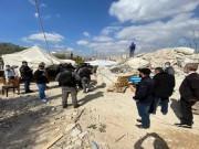مواطنون يؤدون صلاة الجمعة بالقرب من ركام منزل عائلة عليان في القدس المحتلة
