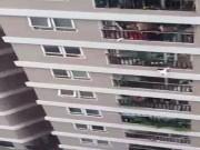 فيتنام.. عامل توصيل ينقذ طفلة سقطت من الطابق الـ12