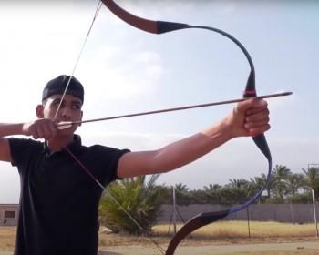 """بالصور والفيديو   """"أبو مساعد"""".. غزي يحيي رياضة الرماية من فوق الخيل بأدوات بسيطة"""