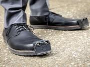 """""""شركة"""" تكشف عن حذاء بديل لـ """"عصا المكفوفين"""""""