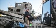 حلاق فلسطيني يمارس مهنته من فوق الركام